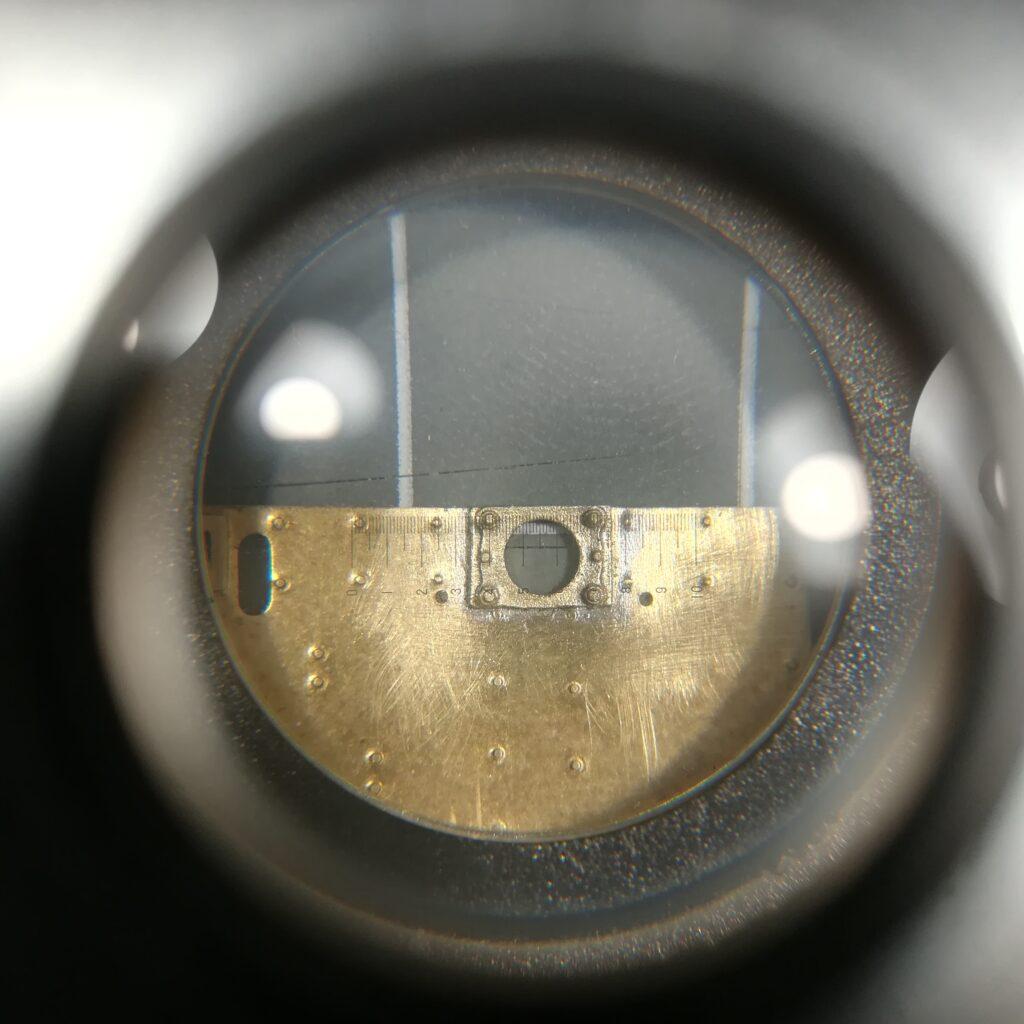 Blick durch den Fadenzähler: Puffersockelplatten von Reitz